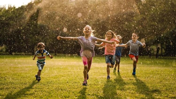 Sebagian Bunda mungkin khawatir kalau anak-anak bermain hujan-hujanan atau mandi hujan. Tapi tahukah, Bunda, mandi hujan ternyata banyak manfaatnya. Simak yuk!