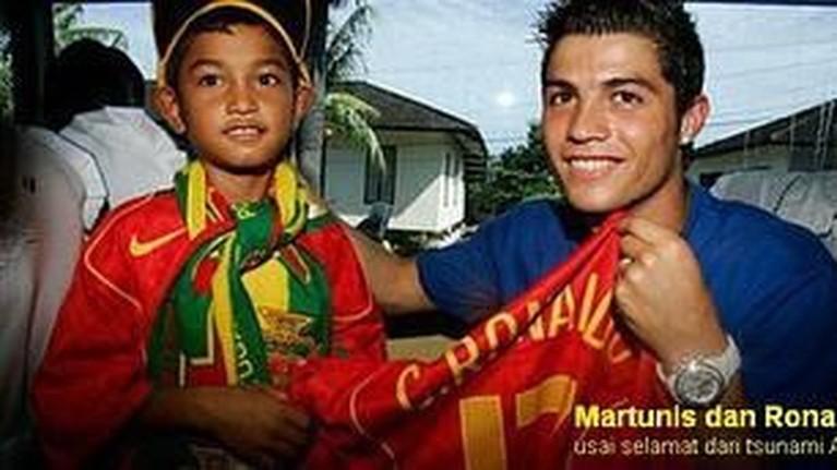 Martunis Sarbini, anak angkat Cristiano Ronaldo baru saja melamar sang kekasih, Sri Wahyuni pada Minggu (29/12) lalu. Pasangan ini dikabarkan akan segera melangsungkan pernikahan.