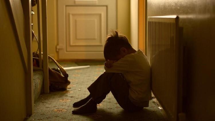 Polisi sedang memburu pelaku kekerasan yang menyiksa anak majikannya. Melihat korban terisak-isak tak membuatnya kasihan, malah melakukan tindakan kejam lain.