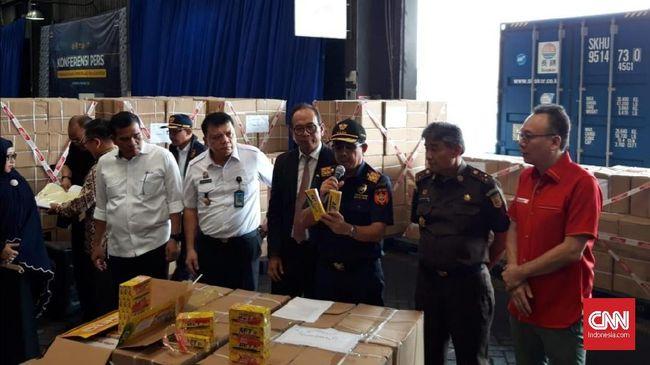 Satu kontainer pulpen tiruan dari China senilai lebih dari Rp1 miliar disita petugas di Pelabuhan Tanjung Perak, Surabaya.