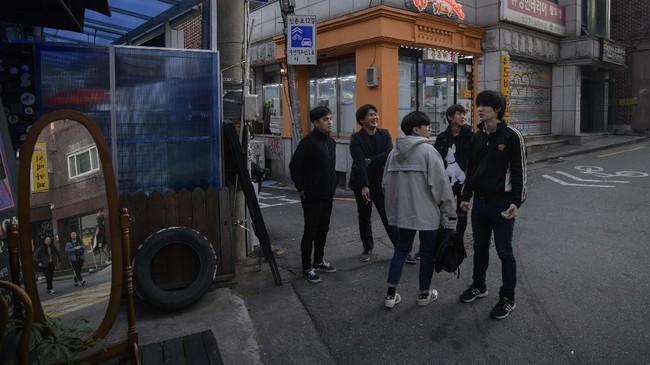 Seoul, Korea Selatan tidak hanya memiliki gemerlap K-pop. Di sudut-sudut kota, seringkali di ruang-ruang bawah tanah, band-band post hardcore masih meraung.
