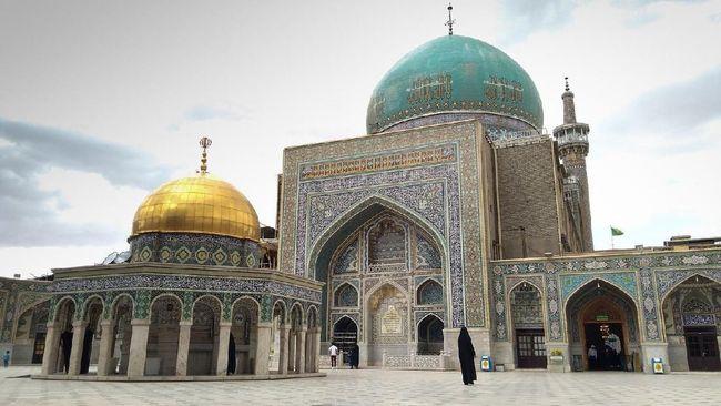 Jika sempat pelesir ke Iran, jangan sampai melewatkan kunjungan ke kompleks Makam Imam Reza yang megah dan indah.