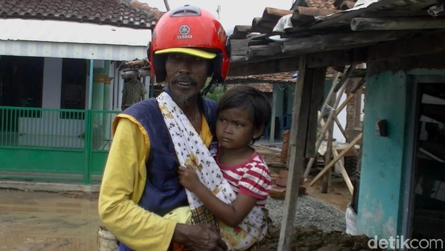 Mengharukan! Pria Ini Gendong Putrinya yang Sakit Sambil Jual Roti Keliling