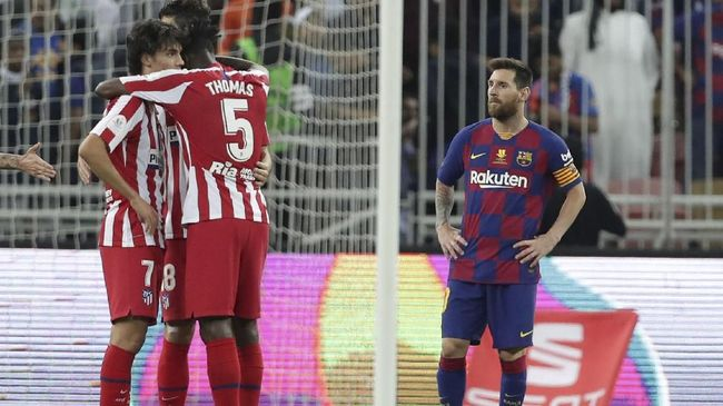 Barcelona's Lionel Messi, right, stands in dejection end of the Spanish Super Cup semifinal soccer match between Barcelona and Atletico Madrid at King Abdullah stadium in Jiddah, Saudi Arabia, Thursday, Jan. 9, 2020. (AP Photo/Hassan Ammar)