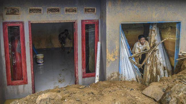 Sebanyak 10 rumah terdampak karena longsor di Desa Sukatani, Ngamprah, Kabupaten Bandung, satu di antaranya tertimbun tanah.
