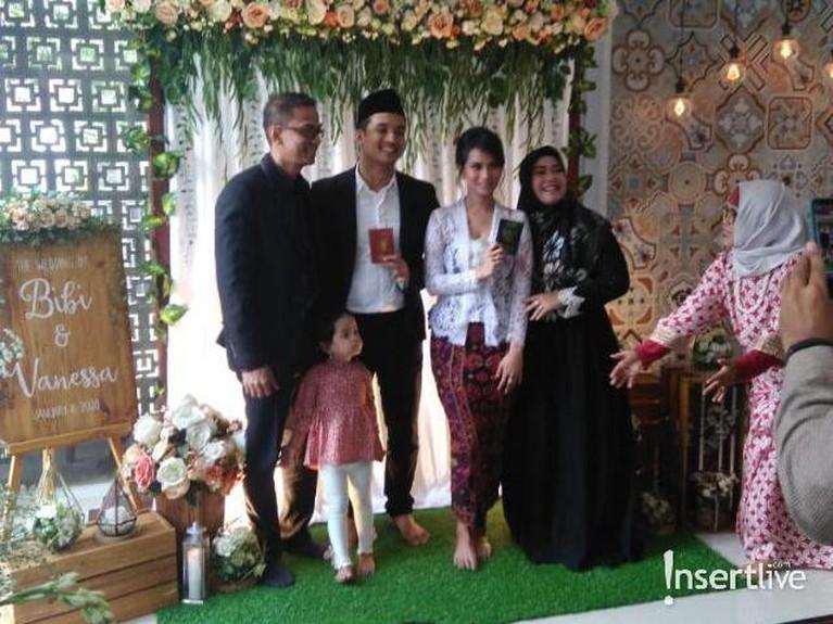 Foto bersama keluarga Bibi Ardiansyah bersama mempelai.