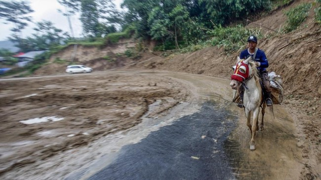 Warga mulai berbenah pascabanjir bandang dan tanah longsor yang menerjang Kecamatan Sukajaya, Bogor.