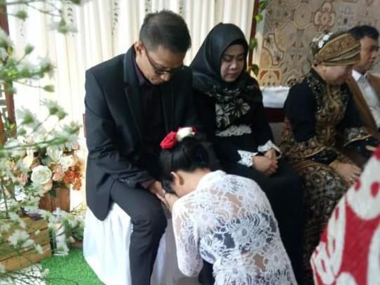 Doddy Sudrajat memberikan restu kepada Vanessa Angel yang menikah hari ini.