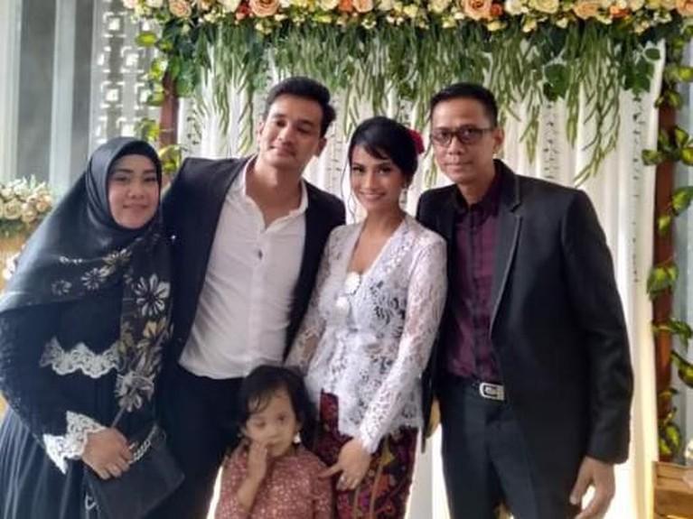 Foto bersama keluarga Vanessa Angel dengan mempelai.