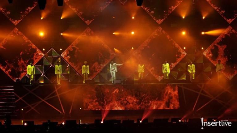 Super Junior membuka konser mereka kali ini di Jakarta dengan lagu The Crown. Namun, sebelum para personelnya naik ke atas panggung, penggemar disuguhkan dengan lagu Superman.
