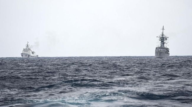 KRI Karel Satsuitubun-356 (kanan) terlihat dari KRI Usman Harun-359 dibayangi Kapal Coast Guard China-5305 (kiri) saat melaksanakan patroli mendekati kapal nelayan pukat China yang melakukan penangkapan ikan di ZEE Indonesia Utara Pulau Natuna, Sabtu (11/1/2020). Dalam patroli tersebut KRI Usman Harun-359 bersama KRI Jhon Lie-358 dan KRI Karel Satsuitubun-356 melakukan patroli dan bertemu enam kapal Coast Guard China, satu kapal pengawas perikanan China, dan 49 kapal nelayan pukat asing. ANTARA FOTO/M Risyal Hidayat/pd.