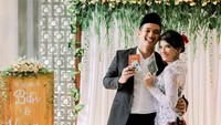 <p>Sambil menunjukkan buku nikah, Vanessa Angel dan Bibi tampak begitu bahagia. (Foto: Instagram/@vanessaangelofficial, @aldosinarta, @victoria_makeupatelier)</p>