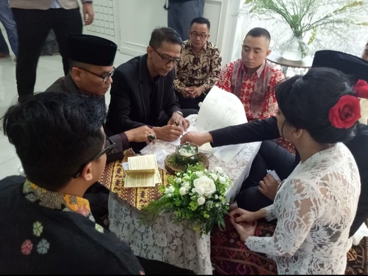 <p>Vanessa Angel dan Febry Ardiansyah (Bibi) resmi menikah secara sipil di kantor urusan agama (KUA). Ayah Vanessa, Doddy Sudrajat yang menikahkan kedua pasangan ini, Bunda. (Foto: (dok. Doddy Sudrajat))</p>