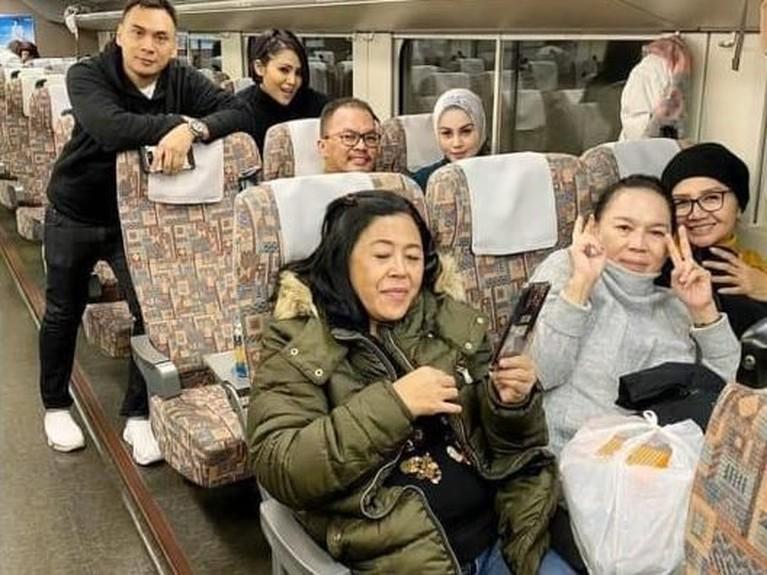 Terbaru, Jennifer Dunn dan Faisal Harris terlihat menghabiskan liburan bersama ke Jepang bersama keluarga lainnya termasuk ibunda Faisal Harris.