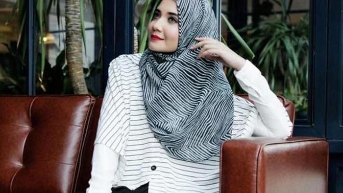 Tampil Percaya Diri Hadapi Interview Dengan Gaya Hijab Black & White