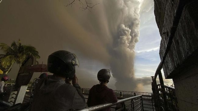 Gunung berapi Taal di Provinsi Batangas, Manila Selatan, Filipina erupsi dan melontarkan uap, abu, dan kerikil 10 hingga15 kilometer ke langit.