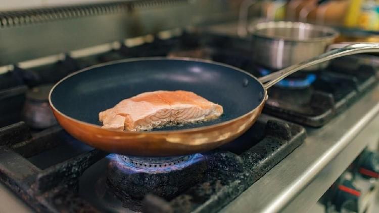 Kita tahu terlalu banyak minyak kurang baik untuk kesehatan. Akan tetapi, ternyata Bunda bisa menggoreng tanpa minyak, lho. Simak tipsnya berikut ini, Bunda.