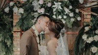 <p>Ciuman mesra Marcell untuk Nabila usai ijab Kabul. Resmi menikah, ternyata mereka hanya menggelar pesta sederhana yang dihadiri keluarga dan sahabat terdekat. (Foto by Alienchophoto via Instagram @dibaliklayarorganizer)</p>