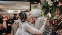 <p>Momen haru saat Nabila Faisal dan marcell Dawin melakukan sengkeman kepada keluarga, usai resmi menjadi sepasang suami istri. (Foto: Instagram @aliencophoto)</p>