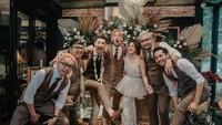 <p>Kehadiran sahabat menambah kecerian pernikahan mereka. Selamat menikah Marcell Dariwn dan Nabila Faisal, semoga langgeng sampai maut memisahkan ya! (Foto: Instagram @aliencophoto)</p>