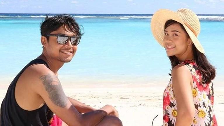 Sesekali, Sinta dan suami pulang ke Indonesia dan berlibur bersama keluarganya.