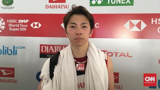 Pebulutangkis tunggal putra Jepang Koki Watanabe melihat langsung kondisi mobil yang ditumpangi Kento Momota saat mengalami kecelakaan.