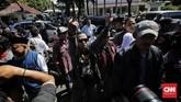 Massa Bang Japar dan Jakarta Bergerak sama-sama berdemo di Balai Kota namu punya kepentingan berbeda. Bang Japar mengawal Anies, Jakarta Bergerak mengkritisi.