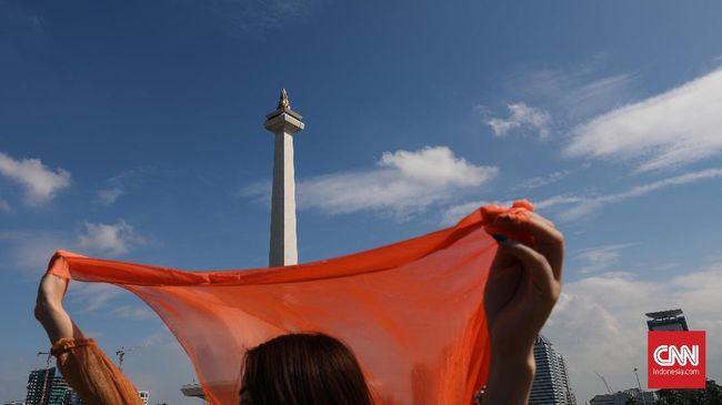 Walau dinilai gersang dan serba jauh, Monumen Nasional (Monas) tetap menjadi objek wisata paling populer di Jakarta.