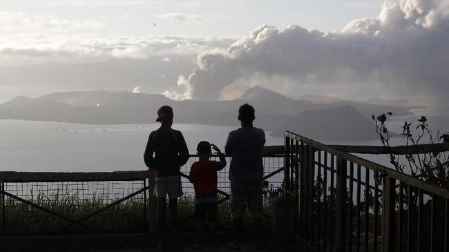 Gunung Taal mulai memuntahkan lava pijar disertai kabut abu tebal pada Minggu (12/1) hingga membuat ratusan ribu warga dievakuasi ke lokasi aman.