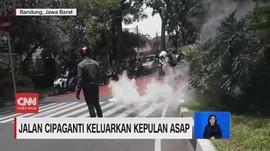 VIDEO: Jalan Cipaganti Keluarkan Kepulan Asap