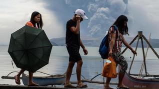 FOTO: Evakuasi Warga dari Amukan Gunung Taal