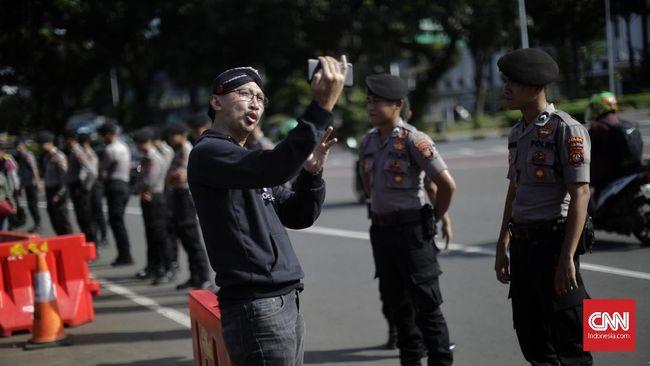 Netizen bereaksi terkait Bareskrim Polri yang memeriksa pegiat media sosial, Permadi Arya alias Abu Janda pada Senin (1/2) pagi.