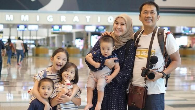 Kondisi Zaskia Adya Mecca dan empat anaknya telah membaik, Bunda. Sayangnya, kini giliran suaminya, Hanung Bramantyo dan dua ART yang kondisinya menurun.
