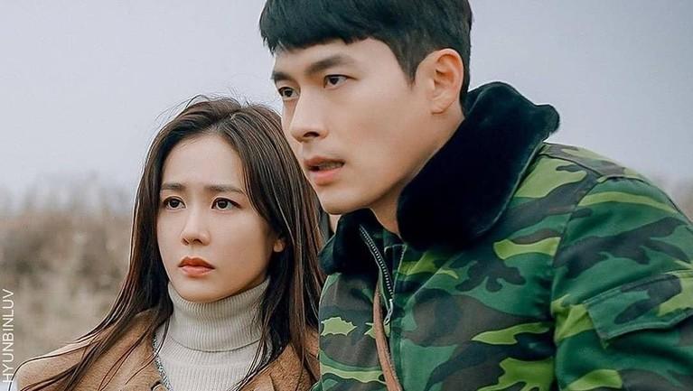 Crash Landing on You bisa disaksikan di TV kabel tvN dan situs film berbayar Netlix setiap Sabtu dan Minggu jam 9 malam waktu Korea Selatan.