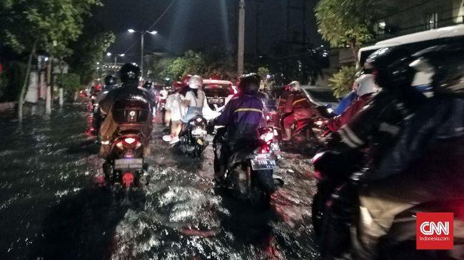 surabaya-banjir-warganet-salahkan-anies