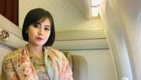 <p>Mengenakan baju batik dengan selendang senada, wanita 27 tahun ini terlihat anggun. (Foto: Instagram @arfitadwip)</p>