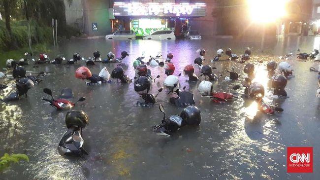 surabaya-banjir-kendaraan-mogok-dan-terendam
