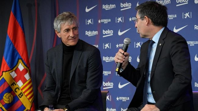 Barcelona's new coach Quique Setien (L) gives a press conference with Barcelona's president Josep Maria Bartomeu (R) during his official presentation in Barcelona on January 14, 2020, after signing his new contract with the Catalan club. (Photo by LLUIS GENE / AFP)