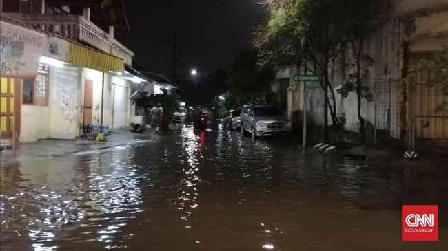 Wali Kota Surabaya Tri Rismaharini diklaim langsung bergerak mengecek pintu air saat banjir terjadi di Surabaya, Rabu (15/1) malam ini.