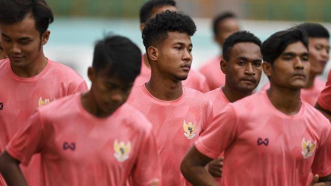 Pesepak bola Amiruddin Bagas Kaffa (tengah) mengikuti seleksi pemain Timnas Indonesia U-19 di Stadion Wibawa Mukti, Cikarang, Bekasi, Jawa Barat, Senin (13/1/2020).  Sebanyak 51 pesepak bola hadir mengikuti seleksi pemain Timnas U-19 yang kemudian akan dipilih 30 nama untuk mengikuti pemusatan latihan di Thailand. ANTARA FOTO/Hafidz Mubarak A/wsj.