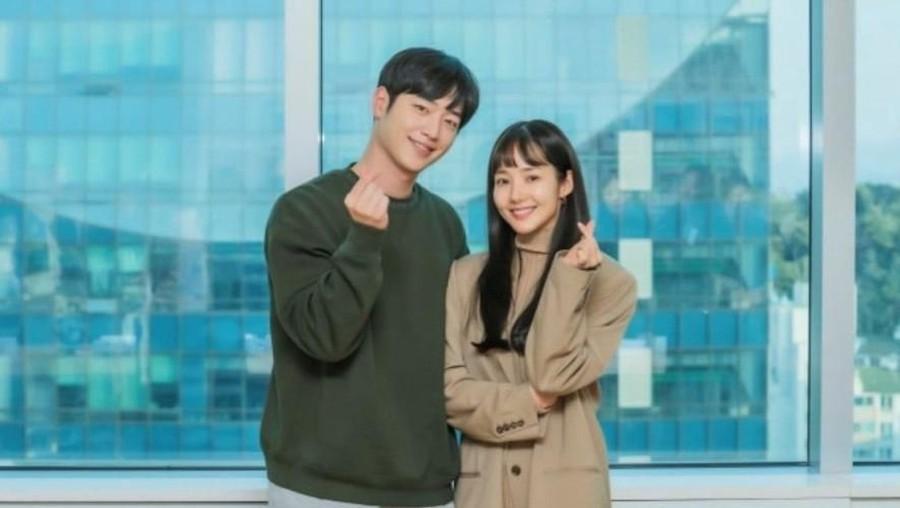 Jadi Pasangan di Drama, Seo Kang Joon & Park Min Young Beri Tanda Hati