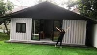 <p>Di depan dapur tersebut terdapat pekarangan luas yang ditumbuhi rumput hijau. Dapur tersebut didesain oleh dirinya sejak kecil. (Foto: Instagram @renattamoeloek)</p>