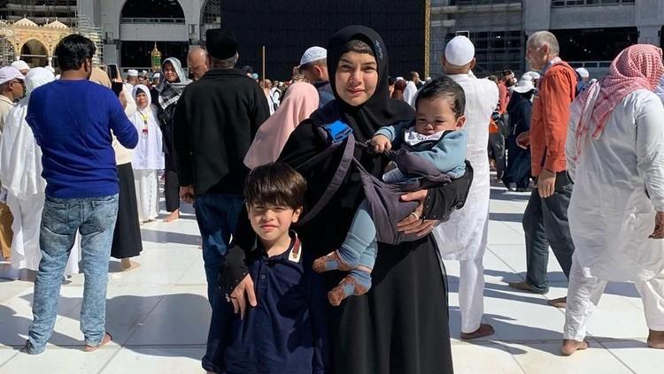 Nikita Mirzani mengajak anak-anaknya untuk melaksanakan ibadah umrah. Ia kerepotan nih membawa dua anak pergi umrah. Simak cerita umrah Nikita di sini ya, Bun.
