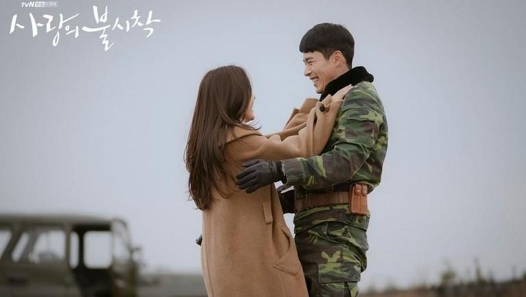 Drama Korea terbaru Crash Landing on You tengah menjadibuar bibir lantaran mampu meraih rating tinggi di minggu-minggu awal penayangannya.