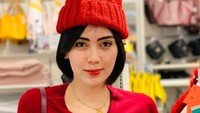 <p>Namanya menjadi ramai dibicarakan setelah ikut mengomentari kasus Siwi Sidi yang dituding sebagai simpanan petinggi Garuda. Namun, penampilan Arfita pun tak kalah cantik lho. Tampil casual serba merah, ibu satu anak ini cantik banget kan, Bun. (Foto: Instagram @arfitadwip)</p>