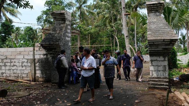 Akses masuk Keraton Agung Sejagat di Desa Pogung Jurutengah, Purworejo, dipasangi garis polisi dan warga yang datang tidak boleh masuk lokasi.