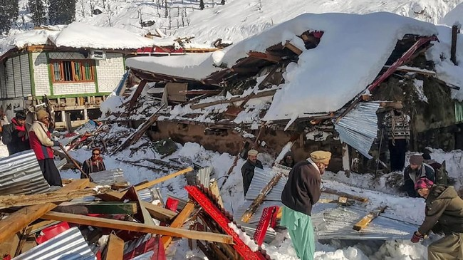 Cuaca buruk yang ditandai dengan bencana tanah longsor, banjir, hingga musim dingin tengah menimpa Pakistan dan Afghanistan dalam beberapa hari terakhir.