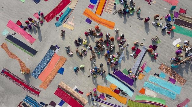 Puluhan imigran yang terapung di Laut Mediterania hingga kelabu musim salju di Moskow mengisi foto-foto unik pilihan CNNIndonesia.com pekan ini.