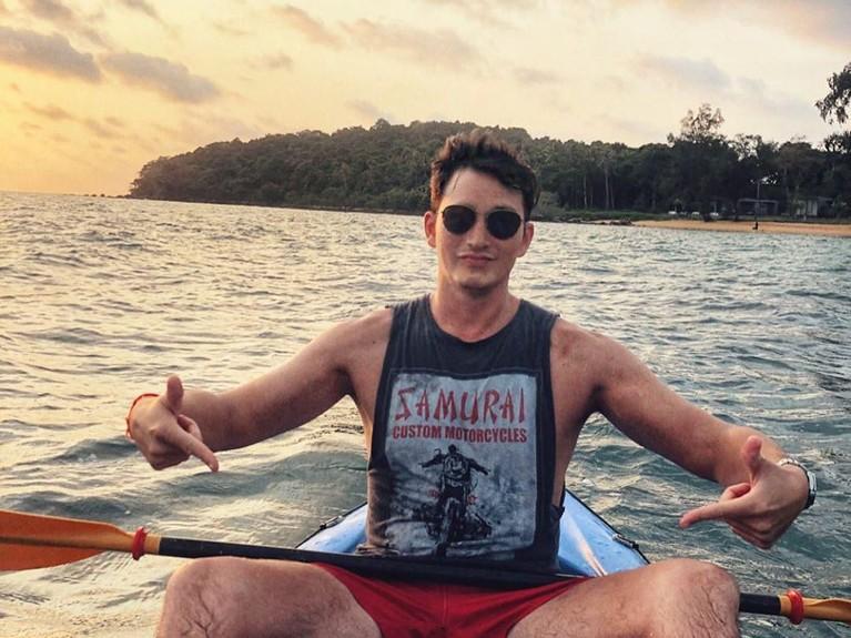 Potret Mike Lewis saat menikmati keindahan laut Kamboja dengan menaiki perahu.