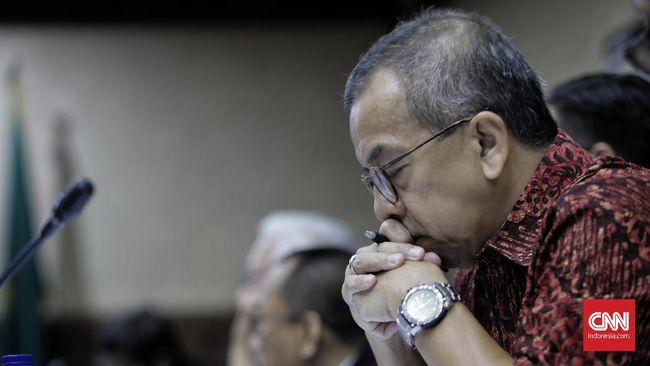 Terdakwa suap pengadaan pesawat dan mesin pesawat dari Airbus S.A.S dan Rolls-Royce P.L.C pada Garuda Indonesia Emirsyah Satar menjalani sidang lanjutan di Pengadilan Tipikor, Jakarta, Kamis (16/1/2020). Sidang tersebut beragendakan mendengarkan keterangan saksi.